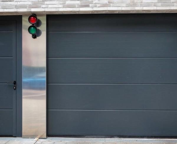 COGNE - porte de garage sectionnelle motorisee avec porte d'entrée - porte de garage coulissante electrique